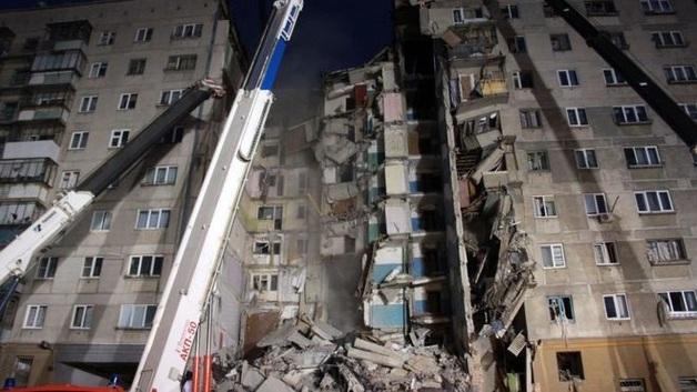 Поисковую операцию на месте обрушения дома в России приостановили: под завалами десятки людей