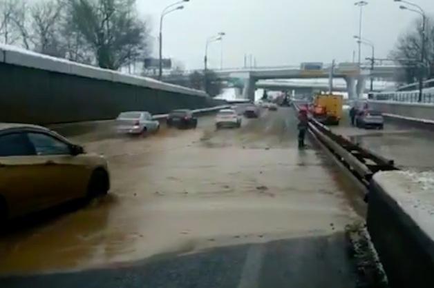 Водопад из грязи. Появилось видео потопа в Тушинском тоннеле после обвала грунта