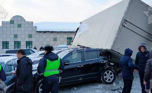 Грузовик протаранил десять автомобилей в Москве