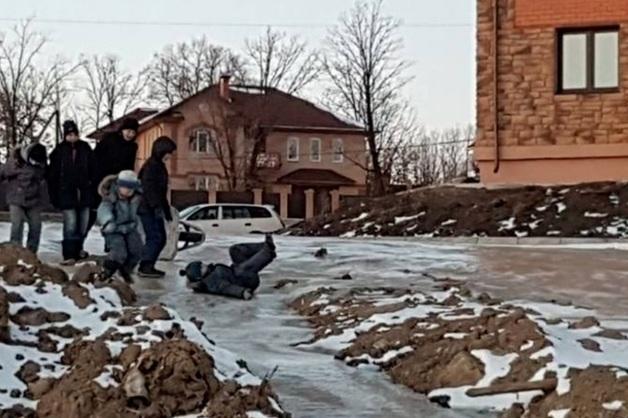 В амурском селе убрали горку из замерзших фекалий, с которой катались дети
