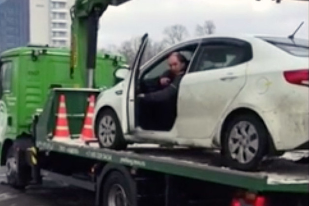 Москвич сбежал с эвакуатора вместе с автомобилем
