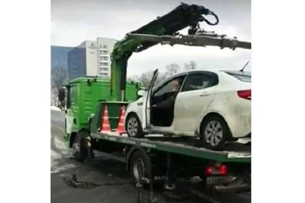 Зачем водитель КИА «спрыгнул» на машине с эвакуатора