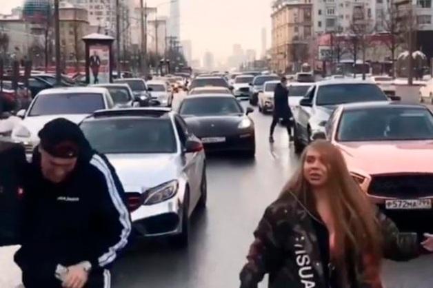 Двое блогеров в Москве полностью перекрыли Новый Арбат ради клипа