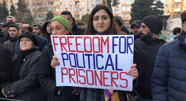 В Баку проходит митинг оппозиции в поддержку политзаключенных