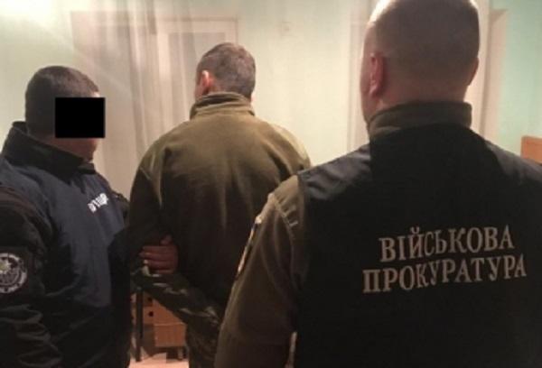 В Мелитополе офицер военной службы правопорядка шантажировал командира роты выговором