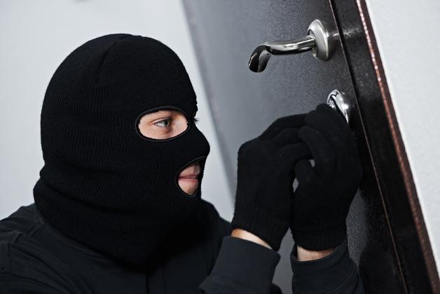 В Киеве серийный вор-домушник ограбил квартиру, не открывая дверь