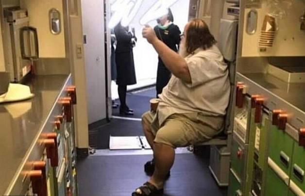 200-килограммовый пассажир заставил стюардесс снять ему штаны в туалете