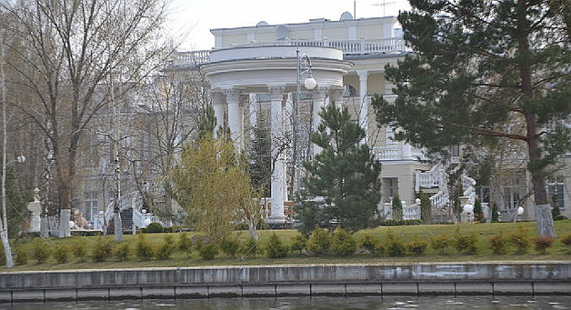 Это жесть! Журналисты умудрились заснять дворец Порошенко несмотря на запрет. Видео
