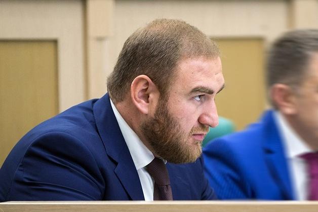 «На допросе потребовал переводчика». Рауфу Арашукову предъявили обвинение по трем статьям