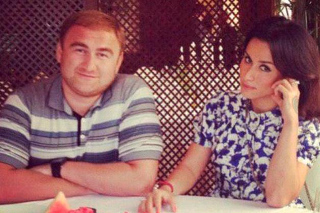 Собчак потроллила Канделаки за фото с подозреваемым в убийствах сенатором Арашуковым