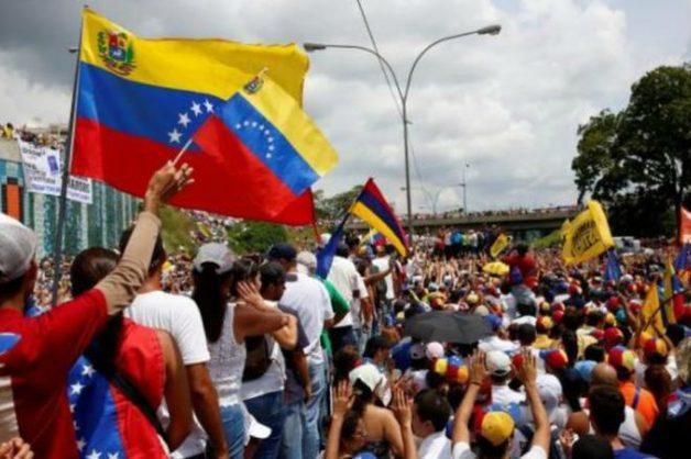 В Венесуэле тысячи людей вышли на акции протеста против президента Мадуро
