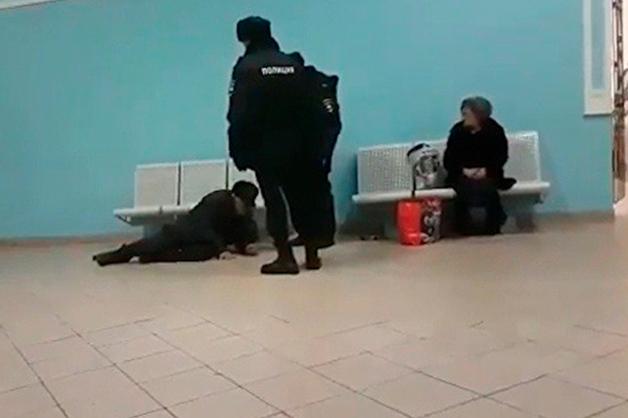 МВД Башкирии проверит полицейских, скинувших старика со скамейки