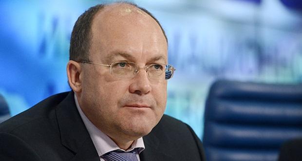 Олег Сафонов вышел с работы с рюкзаком