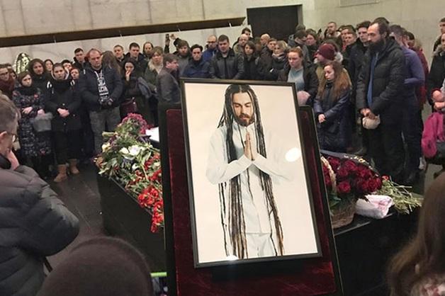 Упавший на прощании с Децлом крест посчитали дурным знаком