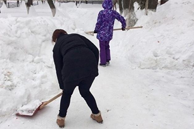 В Саратове проверяют очередную школу после сообщений об уборке учителями снега