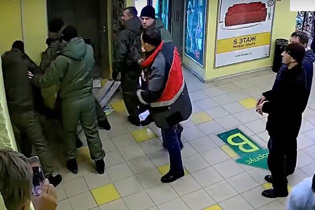 Избившие директора мебельного центра в Екатеринбурге ЧОПовцы задержаны