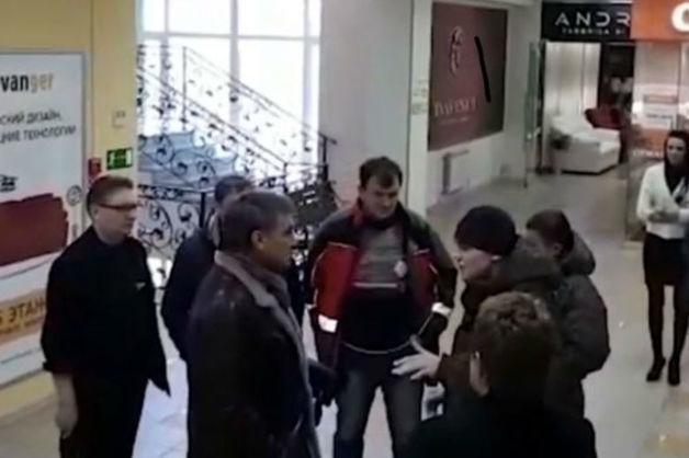 Избитый ЧОПовцами предприниматель первым напал на охранника и угрожал элетрошокером