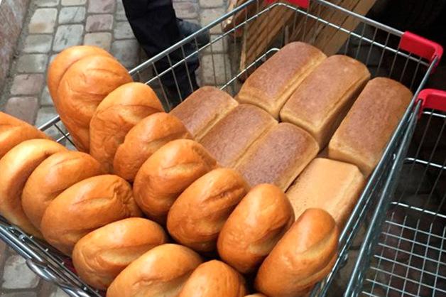 Сотрудников магазина обязали портить нераспроданный хлеб грязной водой