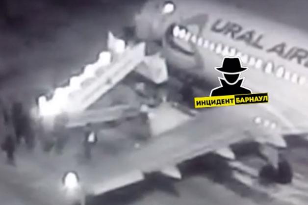 Появилось видео с падением людей с трапа в барнаульском аэропорту