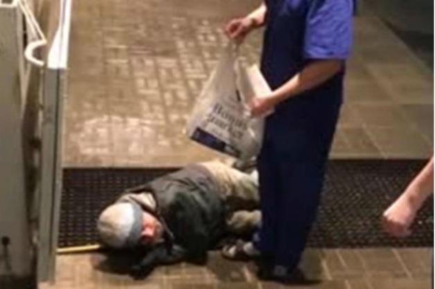 «Умрет — ничего страшного». Охранник выгнал из больницы привезенного на «скорой» пациента