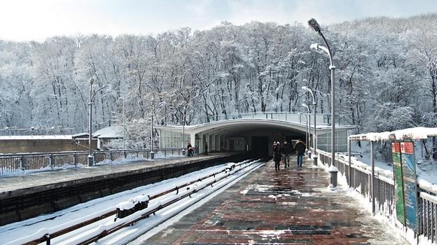 В Киеве возле станции метро обнаружили тело девушки. Первые подробности