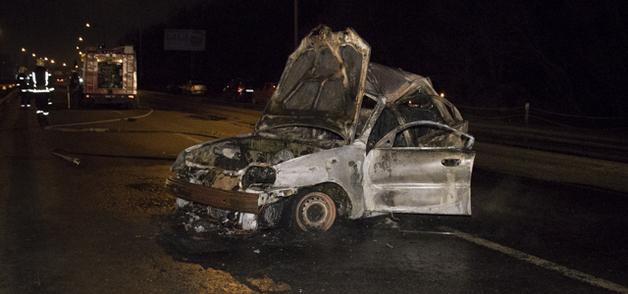 В Киеве на Столичном шоссе BMW X5 уничтожил Lanos: пассажир сгорел в автомобиле