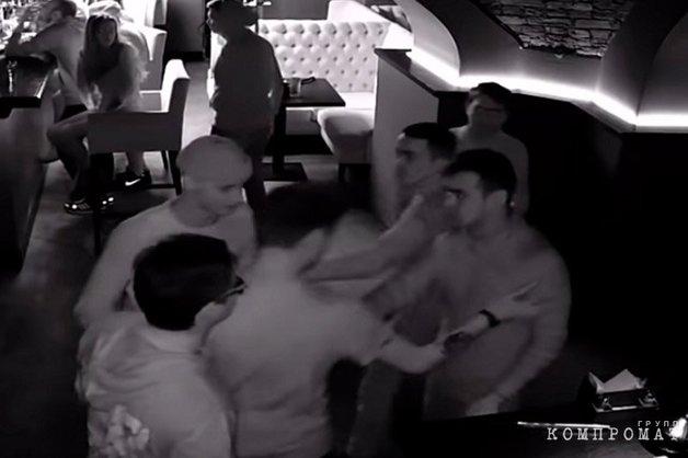 В Башкирии полицейские подрались с посетителями бара. Драка попала на видео
