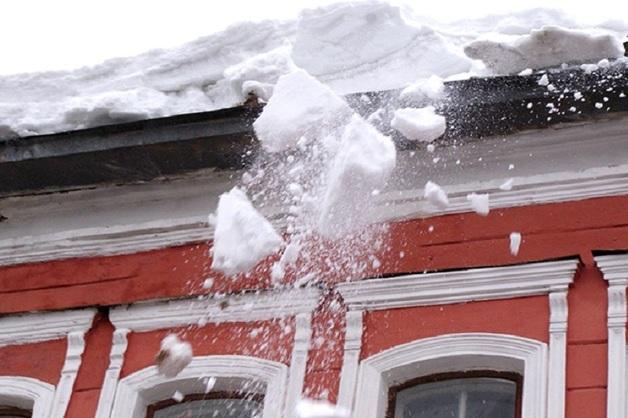 В Самаре на женщину с ребенком сбросили снег с крыши