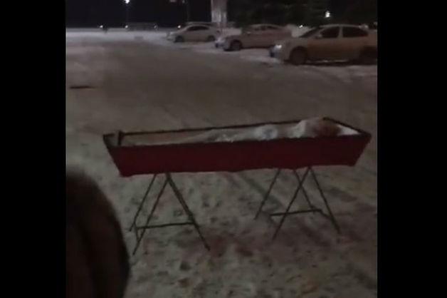 В Самаре вдова перед зданием регионального правительства поставила гроб с мужем