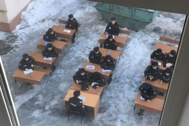 Студентов университета МВД выгнали с партами учиться на мороз
