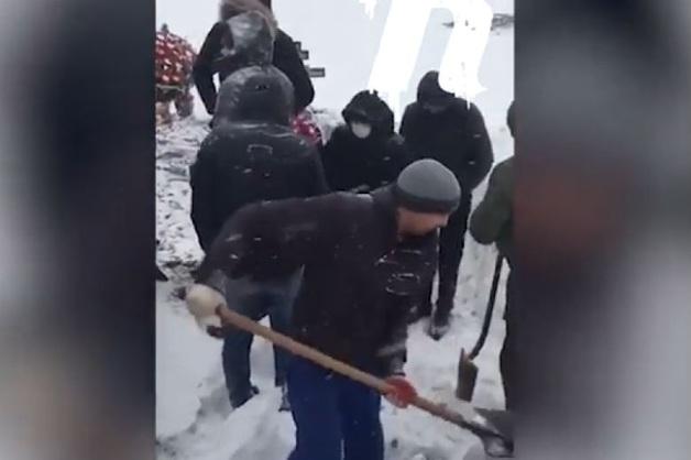 Помешавшие самарской вдове похоронить мужа ритуальщики попали на видео