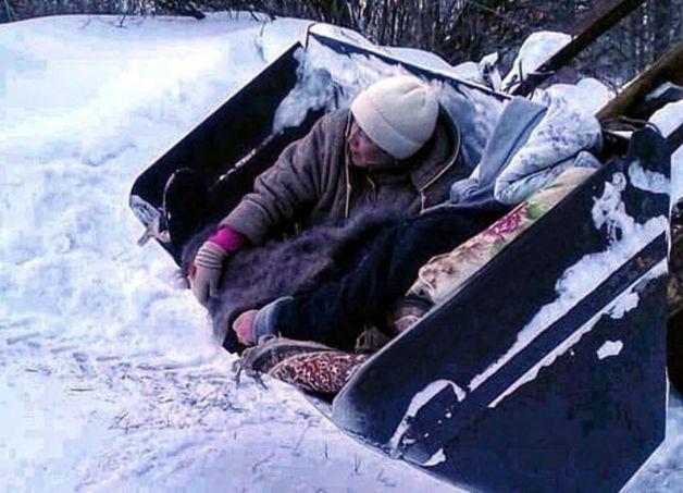 В Татарстане из-за бездорожья пациентку доставили до «скорой» в ковше трактора