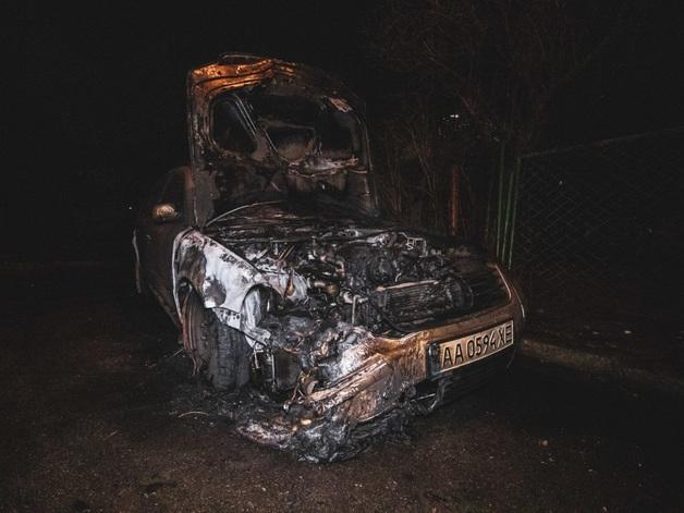 Неизвестные сожгли Volkswagen в центре Киева