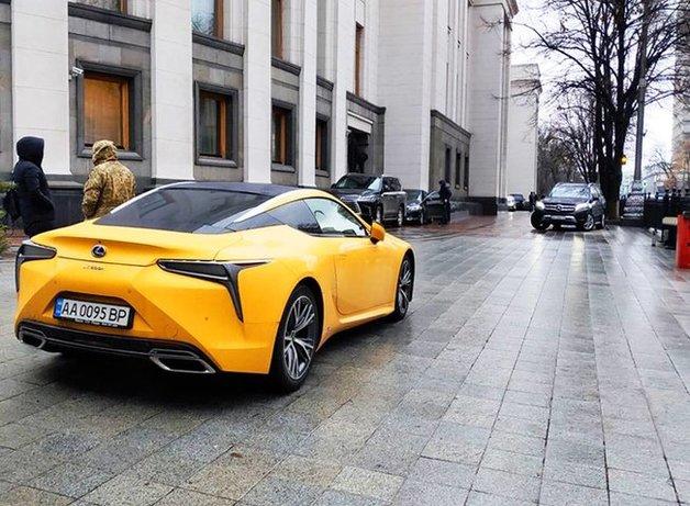 Завхоз ВР Денисов похвастался элитным Lexus LС 500Н на тротуаре у стен парламента