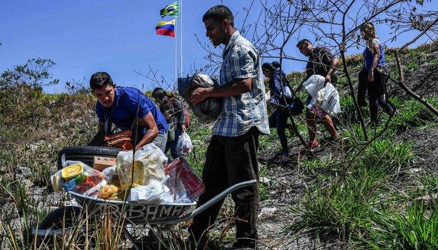 «Люди едят из мусорных баков»: Венесуэльский журналист рассказал, как живет страна после закрытия границ