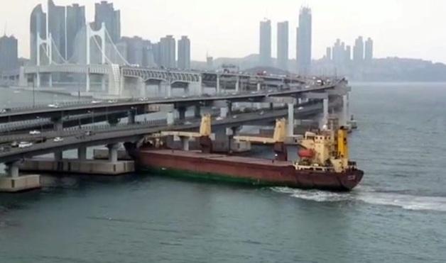 Российский корабль с пьяным капитаном протаранил мост в Южной Корее