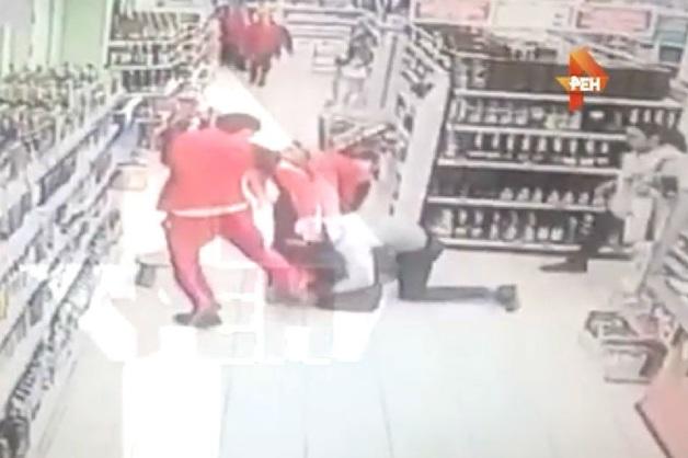 В Подмосковье охранники «Пятерочки» избили вступившегося за хулигана депутата