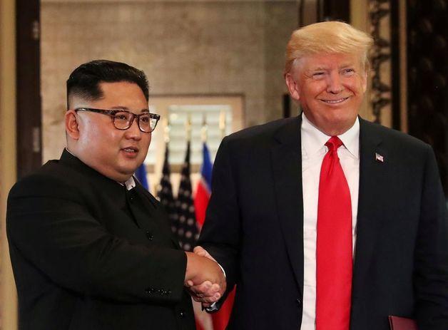 Обменялись рукопожатиями и ушли ужинать: как прошел первый день саммита Трампа и Ким Чен Ына