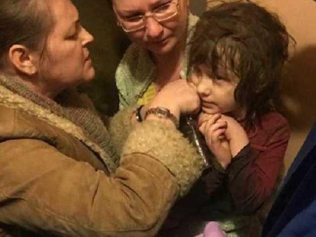 Жила в берлоге из мусора: в московской многоэтажке обнаружили 5-летнюю девочку-маугли