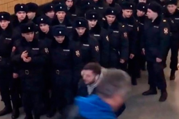 Росгвардия назвала «шуткой» видео с роняющим пистолет в метро мужчиной