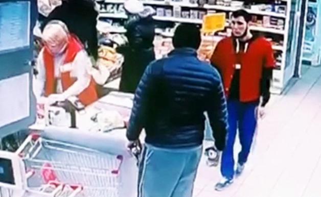 В Москве контролер супермаркета вырубил покупателя
