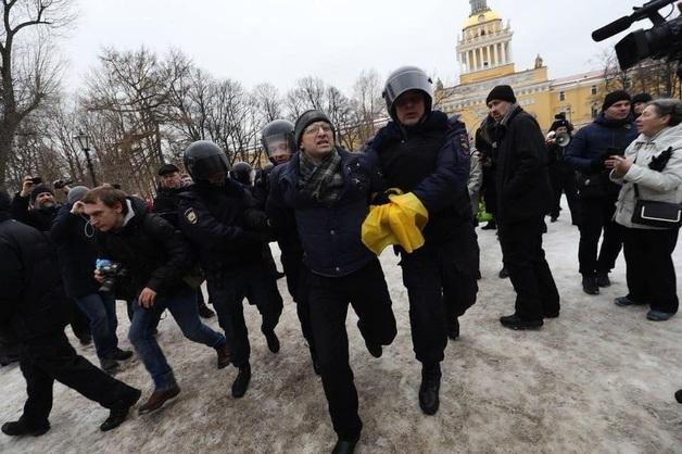 Американский паспорт, обыски, гранаты: как преследуют участников «мусорных протестов»