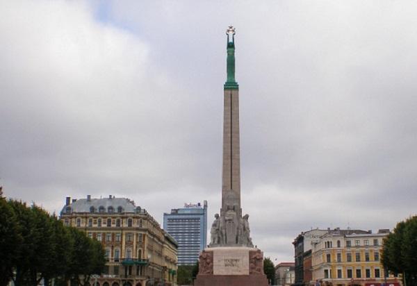 В Латвии оштрафовали двух военных США, которые справили малую нужду на монумент Свободы