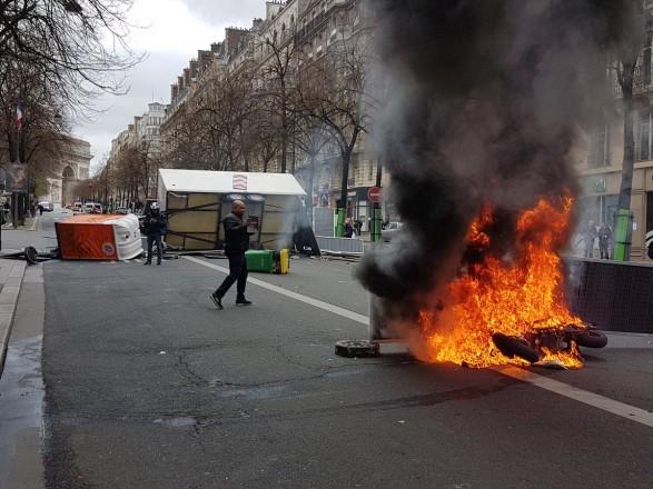 В Париже горел банк, задержано 64 человека