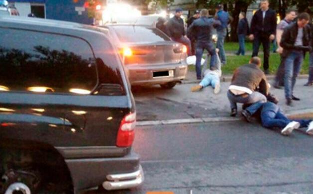Дилеры и полковник МВД, швырявшиеся наркотиками из автомобиля, получили до 18 лет