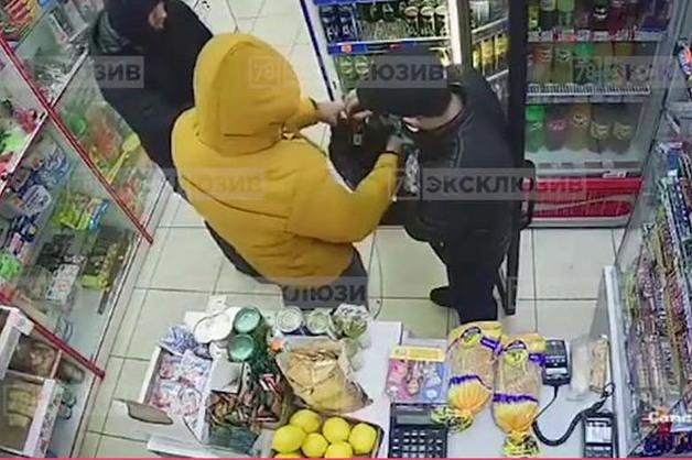 В Санкт-Петербурге грабители вынесли из магазина деньги, еду и энергетические напитки