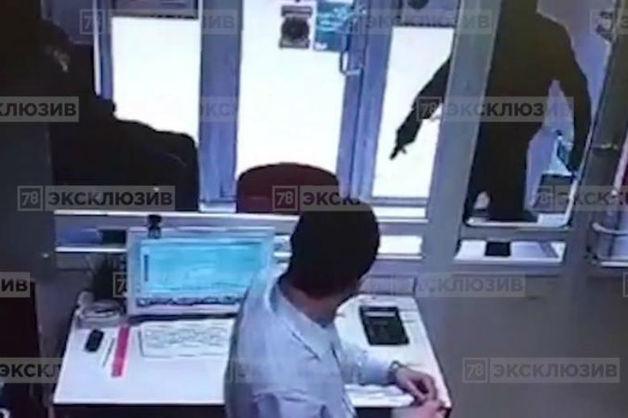 Подростки напали с пистолетом на офис микрозаймов в Петербурге