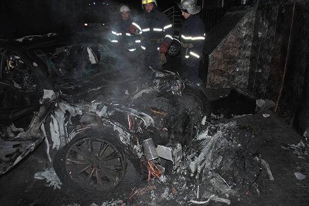 Возле Центрального райсуда Николаева сожгли машину