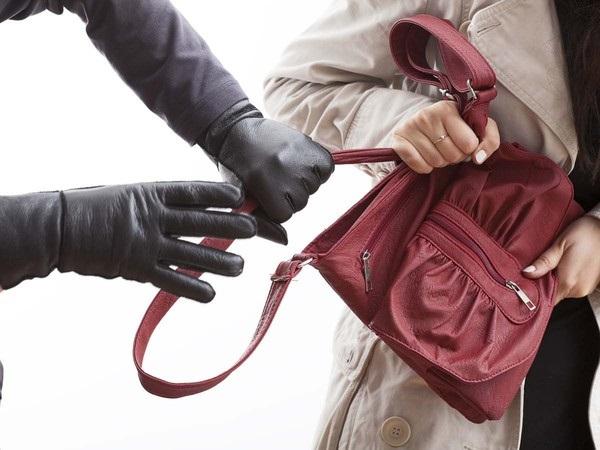 В Киеве сотрудница прокуратуры отбилась от грабителя, который пытался вырвать у нее сумочку