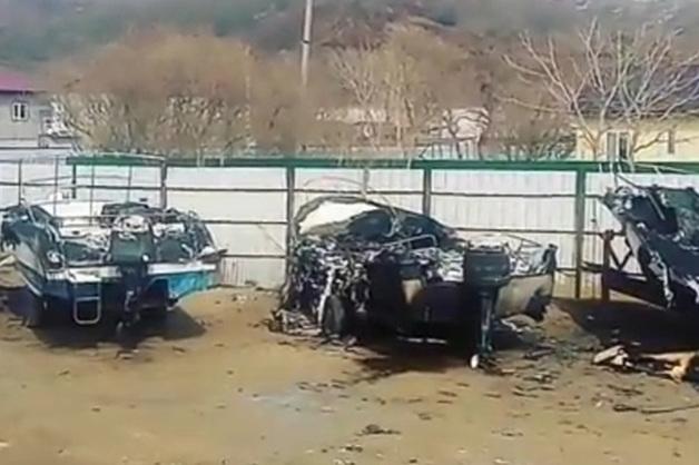 Вооруженные бандиты спалили пять катеров на стоянке в Приморье
